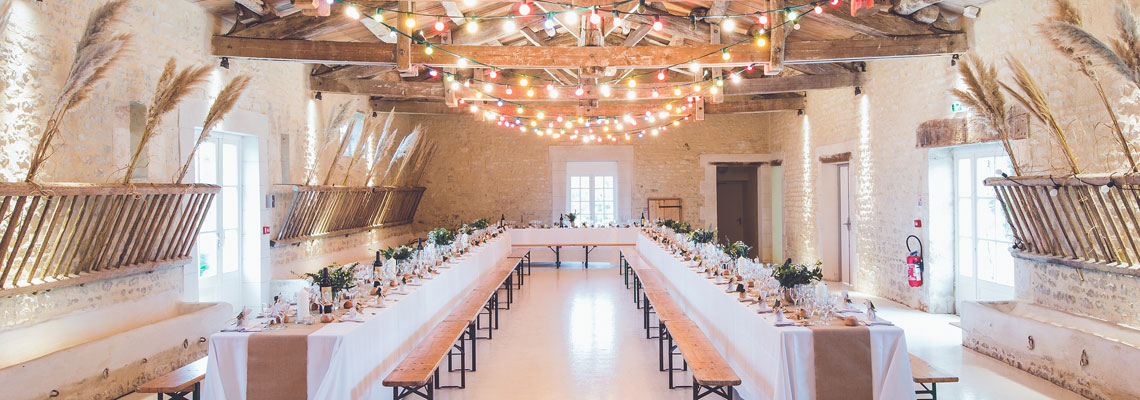 salle de réception de mariage avec plafond décoré par des guirlandes LED lumineuses